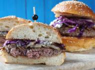 Juneći burger s kruškom, plavim sirom i crvenim kupusom